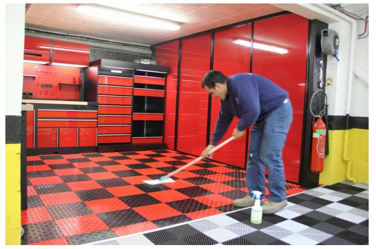 Passer un coup de balai microfibre pour faire briller vos dalles de sol Swissdeck